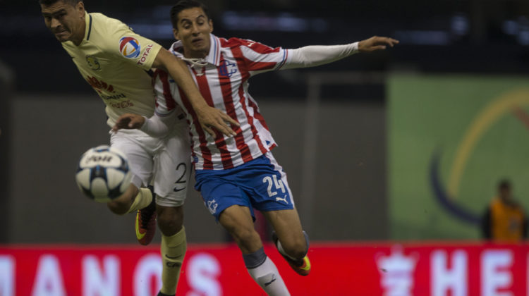 America´s Paolo Goltz , left, fights for the ball with Chivas´ Carlos Cisneros during a Mexican soccer league match in Mexico City, Saturday, Aug.  27, 2016. (AP Photo/Christian Palma)