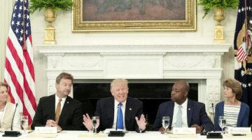 """EFE/EUA CARIBE SHM27 WASHINGTON, DC (EEUU), 19/07/2017.- El presidente estadounidense Donald Trump (c) da un discurso durante una comida con los miembros del congreso en el comedor de Estado de la Casa Blanca en Washington hoy, 19 de julio de 2017. Donald Trump culpó hoy a los demócratas y a """"algunos republicanos"""" del fracaso en el Senado de su plan de salud para desmantelar y reemplazar la reforma sanitaria de Barack Obama, al tiempo que dejó claro que seguirá intentando cumplir esa promesa de campaña. EFE/Michael Reynolds"""