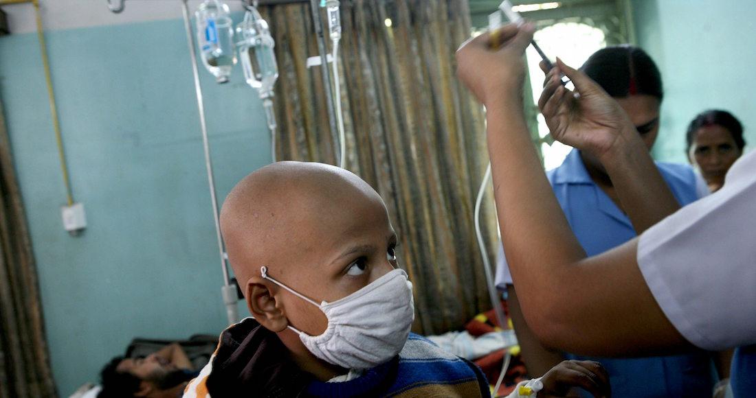 ADH04 CALCUTA (INDIA) 04/02/09.- Debouditti Biswas, de 7 aÒos, recibe tratamiento contra el c·ncer en el Centro de InvestigaciÛn del C·ncer Netaji Subhas Bose en Calcuta (India)en Calcuta (India) hoy miÈrcoles 4 de febrero cuando se celebra el DÌa Mundial contra el C·ncer. EFE/Piyal Adhikary